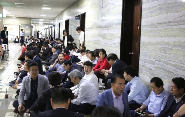 자유한국당 의원들과 보좌진, 당직자들이 고위공직자수사처 설치법 등 패스트트랙(신속처리 안건) 저지를 위해 26일 서울 여의도 국회 본청 의안과 앞을 막고 농성을 이어가고 있다. ⓒ이정실 여성신문 사진기자