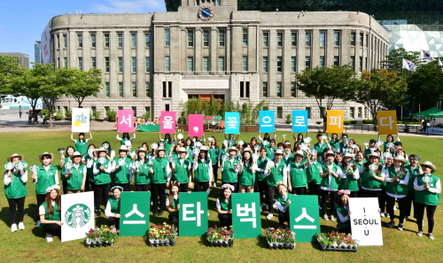 울시와 스타벅스가 진행한 서울 꽃으로 피다 환경 캠페인 활동 모습. ⓒ서울시