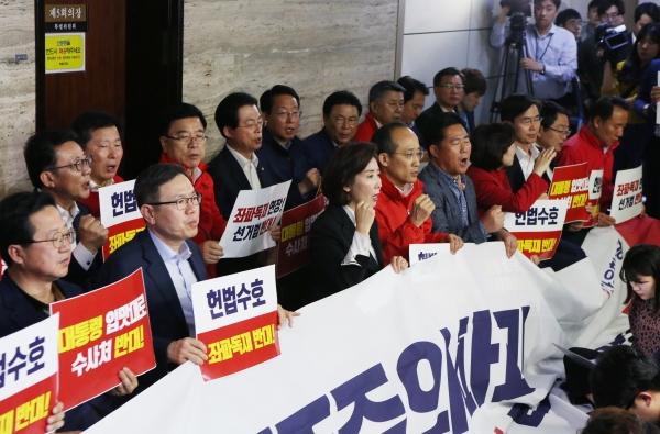 자유한국당이 패스트트랙(신속처리안건) 지정을 막기 위해 국회 사법개혁특별위원회 회의장 앞을 막고 있는 가운데 29일 나경원 원내대표가 현안관련브리핑을 하고 있다.
