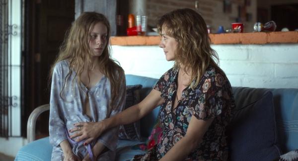에이프릴(오른쪽)은 어린 나이에 임신한 발레리아를 지지하지만 그 속에는 또 다른 욕망이 꿈틀거리고 있다. ⓒ엣나인필름