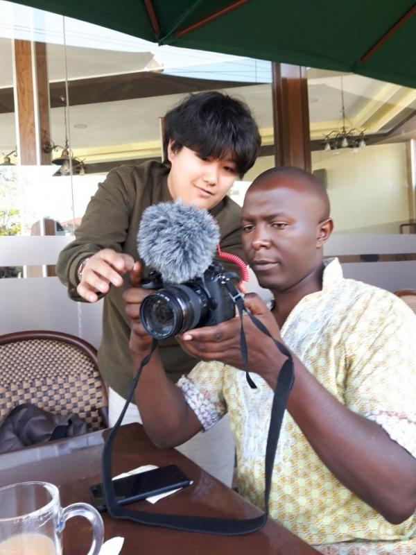 함께 카메라를 살펴보고 있는 환경운동가 시프리아노가 다큐 감독 유혜민. @최형미