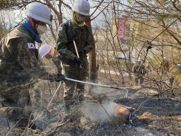 102기갑여단 장병들이 5일 강원도 고성지역 추가 산불 피해 방지를 위해 잔불 정리를 하고 있다. 2019.04.05 ⓒ국방부