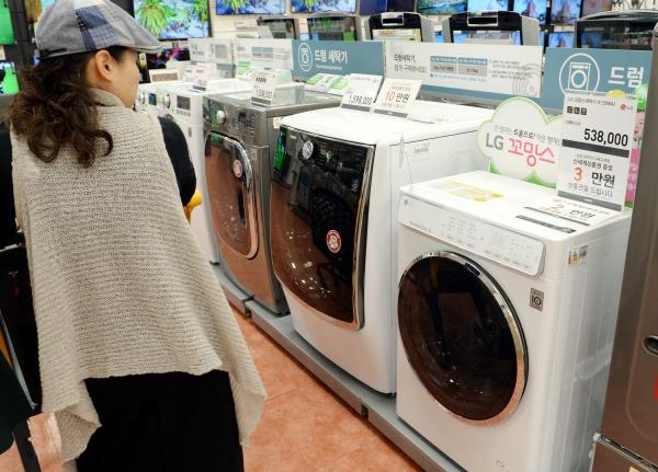 1인 가구 급증으로 인해 초소형 가전제품이 인기를 끌고 있는 가운데 이마트에 방문한 고객이 미니 세탁기를 보고 있다. ⓒ뉴시스·여성신문