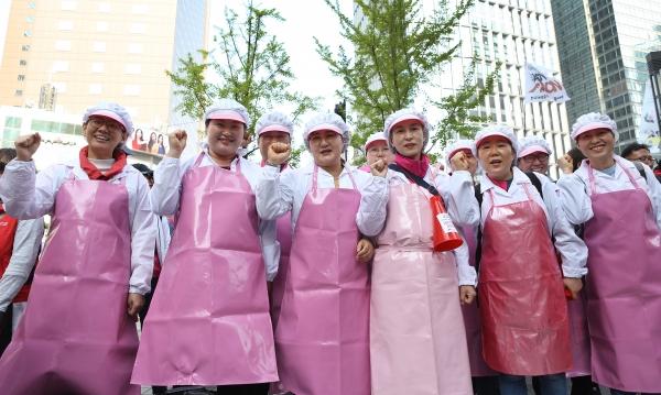 '근로자의 날'인 1일 전국학교비정규직노동조합 급식노동자들이 '2019 세계노동절 대회'에서 조리복과 앞치마를 입고 행진에 참가해 '학교비정규직 정규직화', 'ILO(국제노동기구) 핵심협약 비준' 등을 촉구했다.