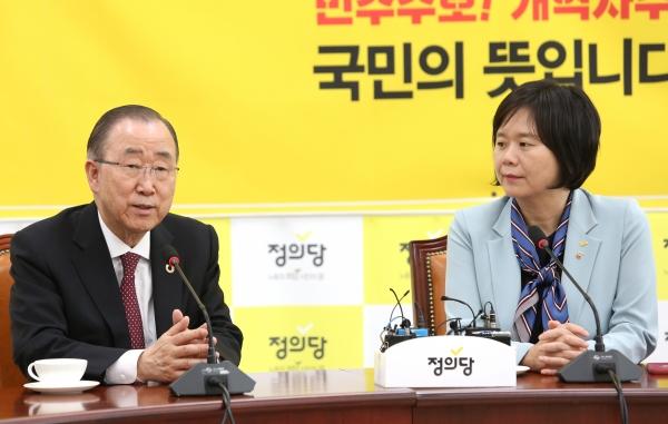 반기문 국가기후환경회의 위원장이 2일 오후 서울 여의도 국회를 방문해 정의당 이정미 대표를 만나 인사말을 하고 있다.