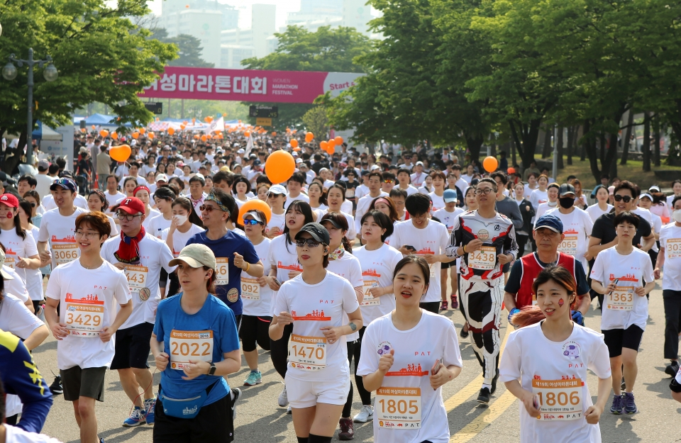 제19회 여성마라톤대회가 4일 서울 마포구 상암월드컵공원 평화광장에서 열려 10km 참가자들이 힘차게 출발하고 있다.