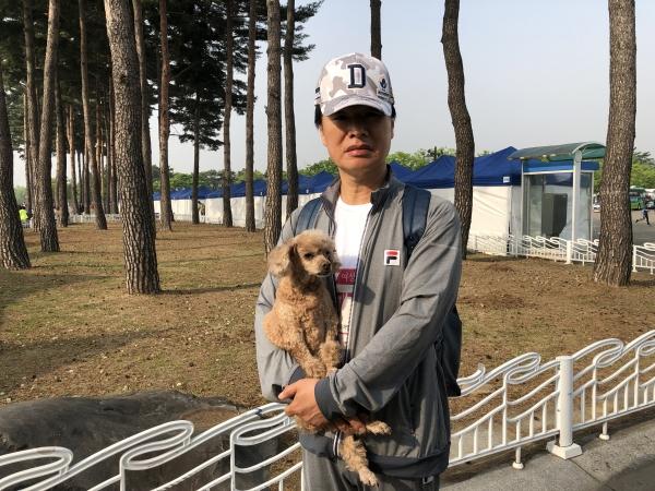 반려견 용짱과 함께 마라톤에 참여한 여성지도자단체 소속 김성수씨(50) ⓒ여성신문 진혜민