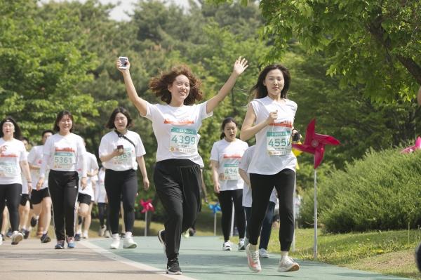 제19회 여성마라톤대회가 4일 서울 마포구 상암월드컵공원 평화광장에서 열려 참가자들이 주로를 달리고 있다. ⓒ성혜련 사진 객원기자