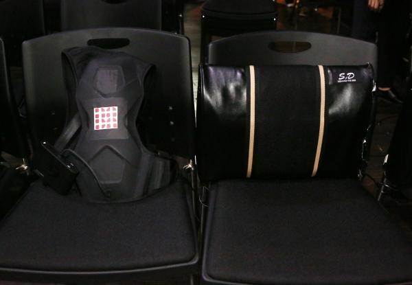 청각장애 관객을 위한 관람보조 장치인 위퍼조끼와 진동스피커가 설치된 의자 ⓒ이정실 여성신문 사진기자