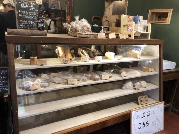 타루마리 내부 진열대 모습, 늦은 시간이어서 진열된 빵이 거의 없는 모습이다. ⓒ여성신문