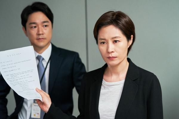 영화 '배심원들'에서 재판장 김준겸을 연기하는 문소리(오른쪽). ⓒCGV아트하우스