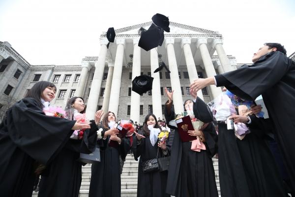 지난 2월 20일 서울의 한 대학교 학위 수여식에서 졸업생들이 학사모를 던지고 있다. ©뉴시스