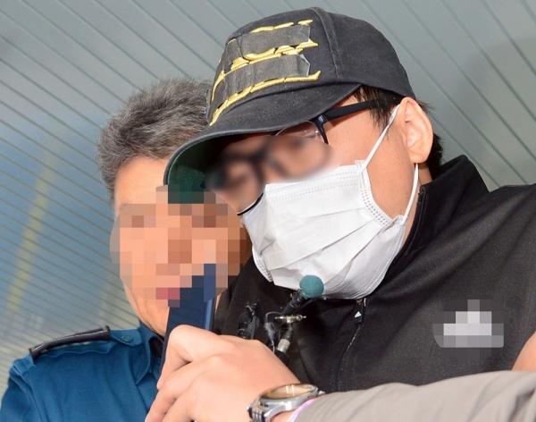 중학생 의붓딸을 살해·유기해 보복살인 혐의를 받는 김모씨가 7일 오전 광주 동부경찰서에서 검찰에 송치되고 있다. ⓒ뉴시스·여성신문