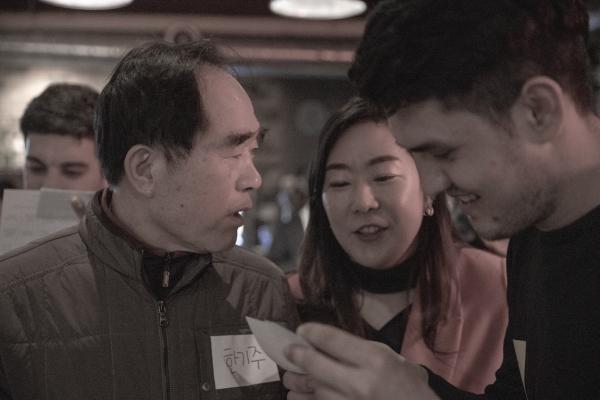 멘토와 함께 외국인 언어교환 파티에 참석한 어르신