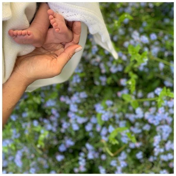 영국의 해리 왕자와 서섹스 공작부인 메간 부부가 출산 후 처음으로 맞는 미국의 '어머니 날'을 기념해 6일 태어난 아들 로열 베이비의 발 사진을 처음으로 공개했다.ⓒ뉴시스·여성신문
