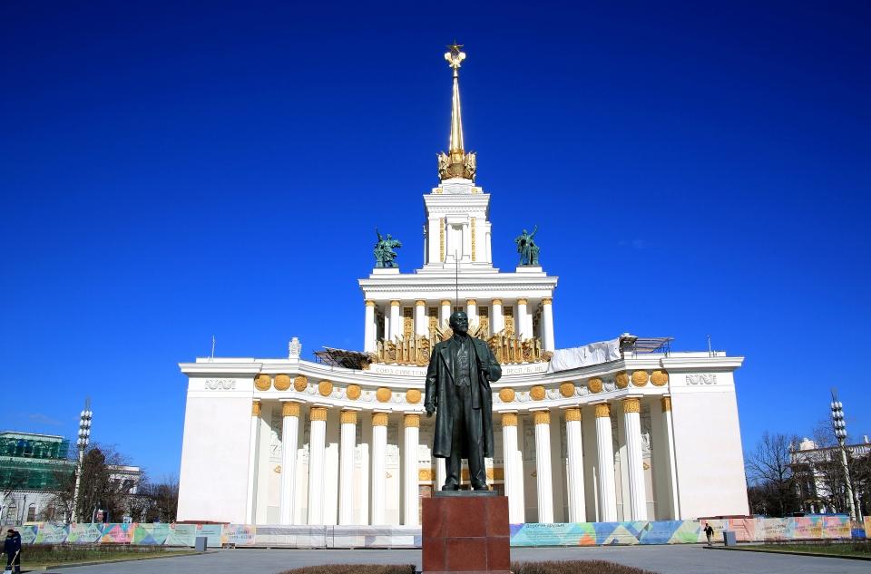 베덴하공원의 상징물인 레닌동상. 이공원의 크기나 규모가 어마어마하다 곳곳에 기념탑과 화려한 분수대가 있고 15개의 소비에트연방을 대표하는 민족 고유한 삶과 문화를 소개 하고 있다. ⓒ김경호