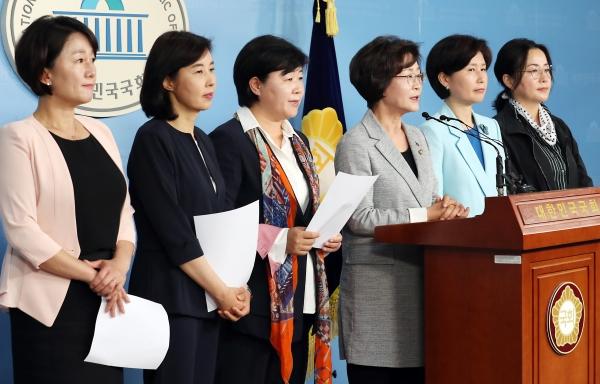 더불어민주당 여성의원들이 13일 서울 여의도 국회 정론관에서 기자회견을 갖고 한국당 나경원 원내대표의 '달창' 발언에 대해 규탄하는 공동 성명을 발표하고 있다. /뉴시스·여성신문