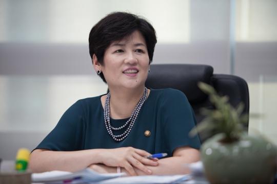 """중소기업인이자 한국IT여성기업인협회장 출신으로 비례대표에 영입된 강은희 새누리당 의원은 """"공정한 기업 생태계 조성과 좋은 인재를 길러내는 선순환 체계 정비에 기여하고 싶다""""고 말했다. ⓒ남승찬 작가"""