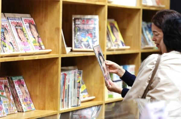 14일 서울 송파구 공공헌책방 '서울책보고'에서 1970년대부터 2000년대 초반까지 발간된 600여 종의 잡지를 볼 수 있는 특별전시 '지나간 시간을 엿보다'가 열려 시민들이 전시된 잡지들을 보고 있다.