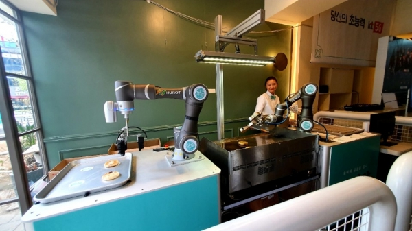 KT가 부산 해운대에 마련한 'ON 식당'에서 로봇이 호떡을 굽고 있다. ⓒKT