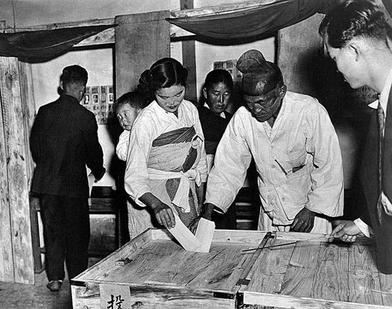 1948년 5월 10일 남한 단독선거 당시 투표 모습 / 국사편찬위원회