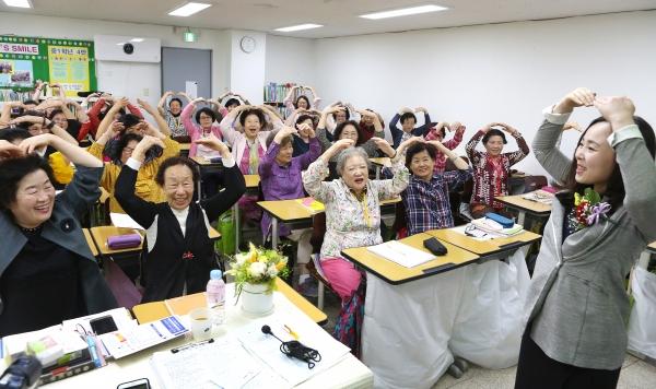 """15일 '스승의 날'을 맞아 서울 마포구 일성여자중학교 1학년 4반 학생들이 선생님에게 손하트를 만들어 보이며 """"선생님, 감사합니다""""라고 인사하고 있다."""