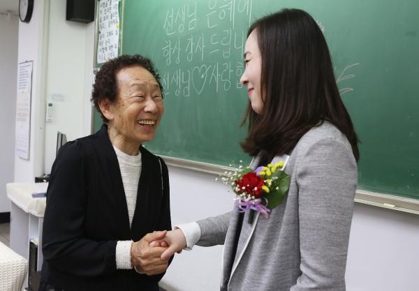 15일 '스승의 날'을 맞아 서울 마포구 일성여자중학교 1학년 4반 학생들을 대표해 최고령인 87세 김보부 학생이 선생님께 카네이션을 달아드리고 있다.