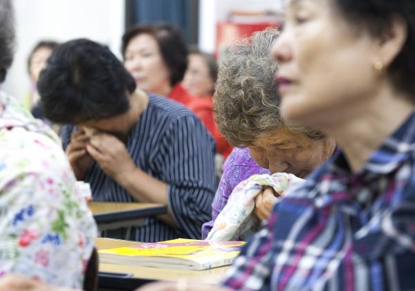 15일 '스승의 날'을 맞아 서울 마포구 일성여자중학교에서 '아주 특별한 스승의 날' 행사를 열어 학생들이 선생님의 말씀을 들으며 눈물을 닦고 있다.