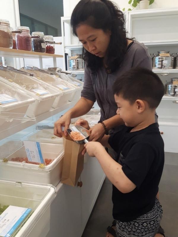 방콕 '제로모먼트'에서 식료품을 구경하는 엄마와 자녀. ©최형미