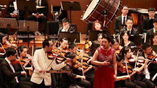 원형준(왼쪽) 바이올리니스트와 북한 소프라노 김송미가 12일 중국 상하이 오리엔탈 아트센터에서 합동공연을 펼치고 있다. ⓒ린덴바움