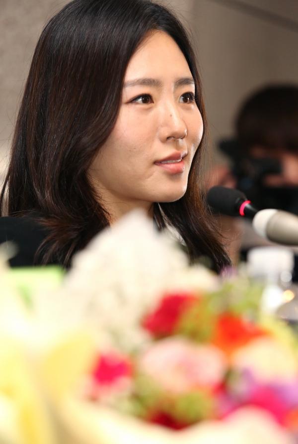 스피드 스케이팅의 이상화 선수가 16일 서울 중구 더 플라자 호텔에서 열린 은퇴식 기자 간담회에서 기자들의 질문에 답하고 있다.