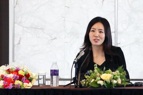 스피드스케이팅의 이상화 선수가 16일 서울 중구 더 플라자 호텔에서 열린 은퇴식 기자 간담회에서 기자들의 질문에 답하고 있다.