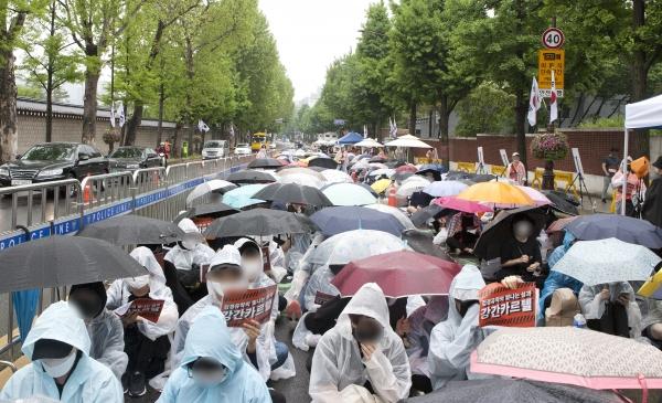 19일 서울 종로구 청와대 사랑채 앞에서 '강간카르텔 유착수사 규탄시위'가 열렸다.