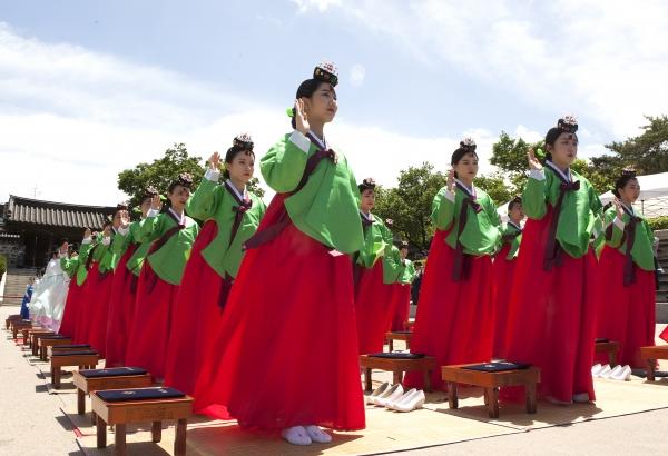 '성년의 날'인 20일 서울 중구 남산 한옥마을에서 '전통 성년례' 행사가 열려 성년자들이 성년자 결의 낭독을 하고 있다.