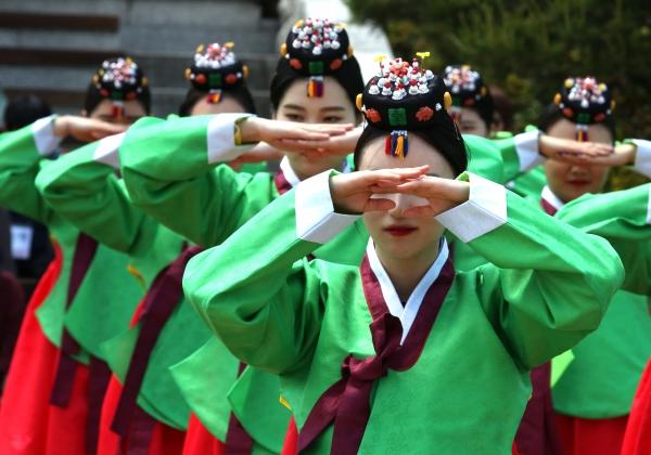 '성년의 날'인 20일 서울 중구 남산 한옥마을에서 '전통 성년례' 행사가 열려 성년자들이 부모에 대한 감사의 절을 올리고 있다.