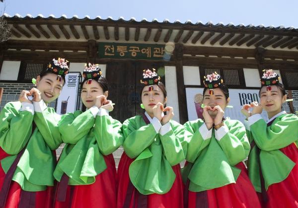 '성년의 날'인 20일 서울 중구 남산 한옥마을에서 '전통 성년례' 행사가 열려 성년례를 마친 성년자들이 기념촬영을 하고 있다.