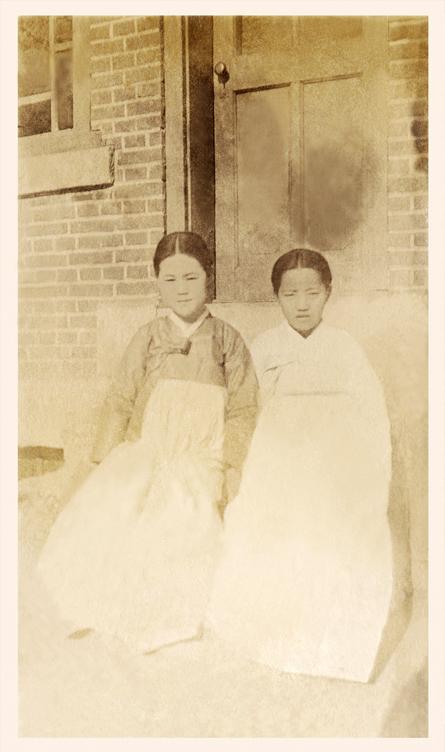 이화여자대학교가 21일 유관순 열사의 미공개 사진 2점을 공개했다. 유관순 열사(좌측) 1915~1916년 추정 ⓒ이화여자대학교 이화역사관