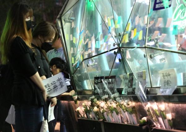 강남역 여성살해사건 3주기 추모제 '묻지마 살해는 없다'가 17일 서울 강남역 강남스퀘어에서 열려 참가자들이 강남역 10번 출구까지 행진해 10번 출구 앞에 헌화하고 있다.