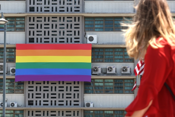 주한 미국대사관 건물 외벽에 23일 성소수자를 상징하는 무지개 깃발이 걸려있다. ⓒ이정실 여성신문 사진기자
