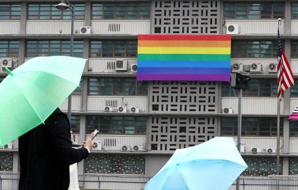 19일 오전 서울 종로구 주한미국대사관에 성소수자를 상징하는 무지개 현수막이 걸려 있다, ⓒ뉴시스