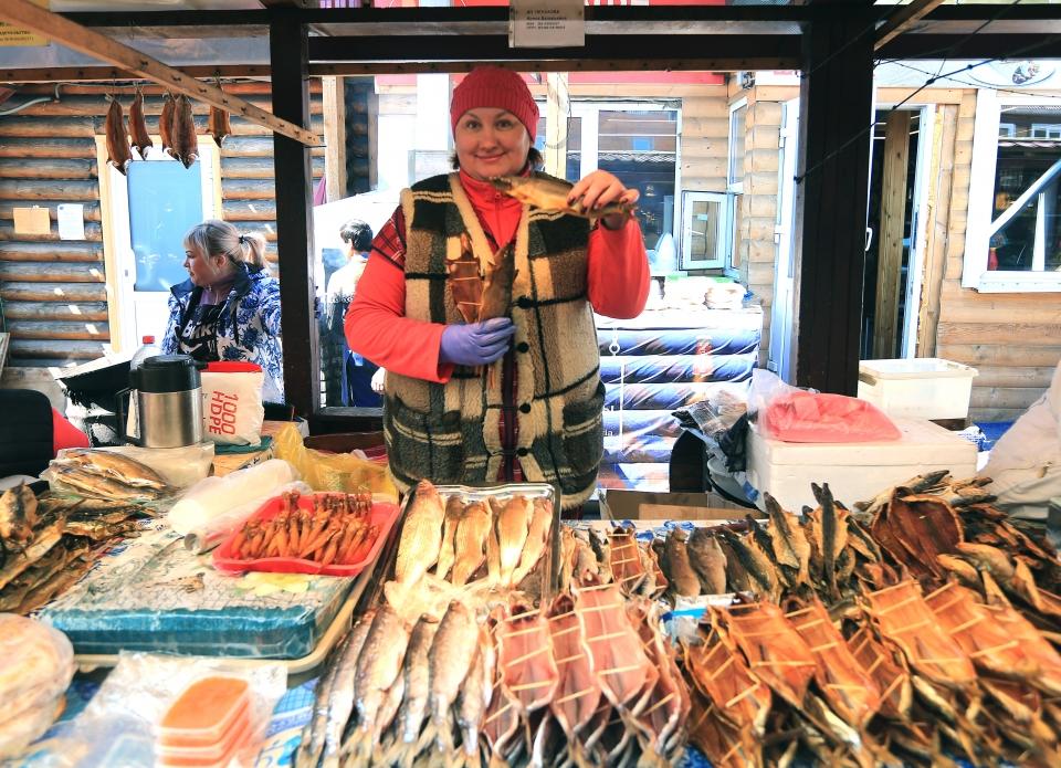 바이칼호수 근처 어시장에서 생선을 팔고 있는 상인 ⓒ김경호