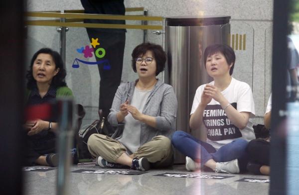 여성단체 관계자들이 고 장자연 씨 사건의 과거사위원회 조사 결과에 항의하며 24일 서울 서초구 대검찰청 로비를 점거하고 구호를 외치며 항의농성을 벌이고 있다.