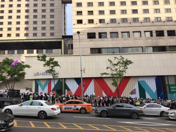 클럽 버닝썬이 있었던 서울 강남구 역삼동 소재 르메르디앙호텔 앞에 '버닝썬 게이트 규탄시위' 참가자들이 모여 집회를 갖고 있다. / 진주원 기자