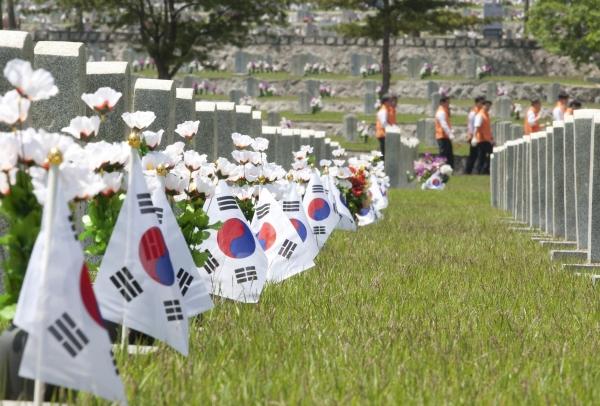 '호국보훈의 달' 6월을 앞두고 29일 서울 동작구 국립서울현충원에 기업·단체들이 묘역단장 봉사활동을 위해 방문했다.