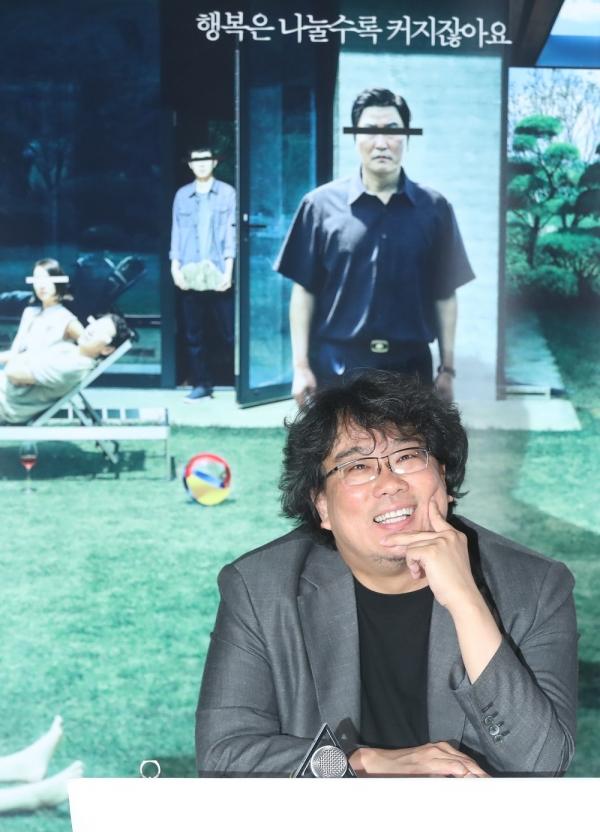 봉준호 감독이 28일 용산의 한 영화관에서 열린 '기생충' 언론시사회에서 기자의 질문에 답하고 있다. ⓒ뉴시스·여성신문