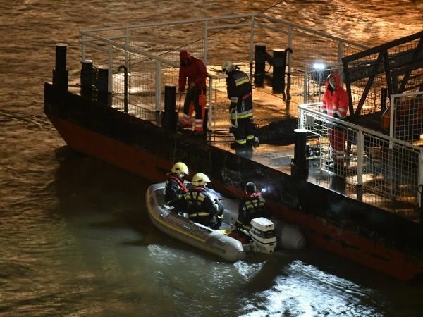 헝가리 부다페스트 다뉴브강에서 유람선 '하블레아니'가 침몰해 구조대가 실종자 수색작업에 투입되고 있다. ⓒAP뉴시스·여성신문