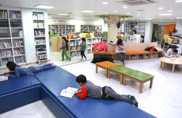 서울 금천구 독산4동주민센터 2층에 마련된 작은도서관에서 마을 어린이들이 책을 읽고 있다. ⓒ이정실 여성신문 사진기자