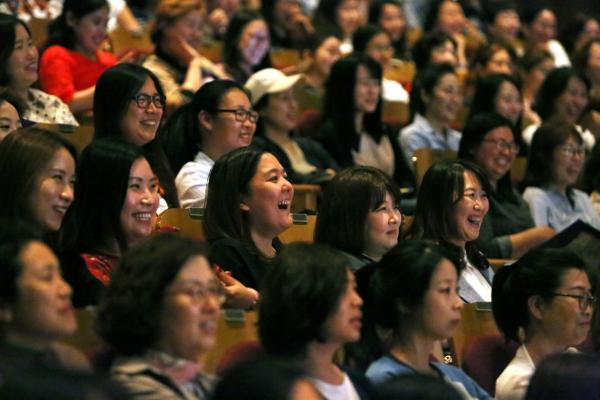 31일 서울 강남구 백암아트홀에서 열린 아줌마닷컴의 '제20회 아줌마의 날' 기념행사에서 참석자들이 공연을 즐기고 있다.