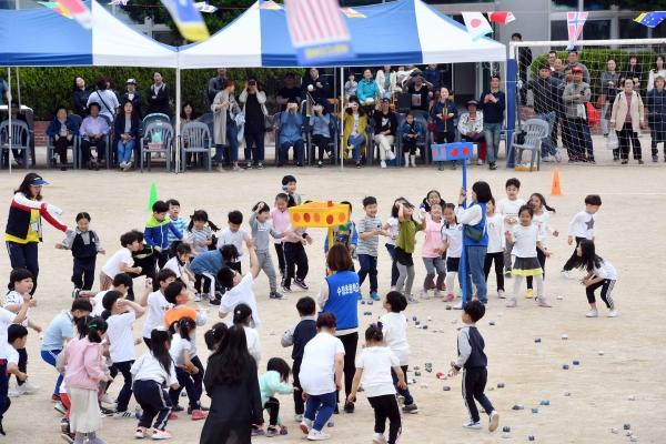 초등학교 학생들이 콩주머니 던지기 경기를 하고 있다.(사진은 해당 기사와 관련없음)