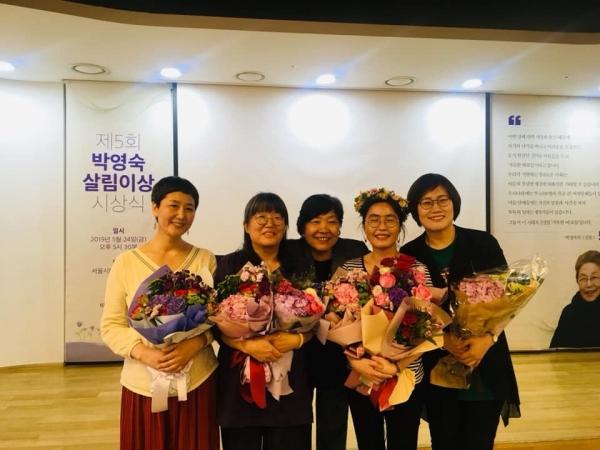 지난달 24일 서울시 NPO지원센터 1층 품다에서 열린 '제5회 박영숙 살림이상 시상식'에서 대구여성회가 '박영숫 여성기금상'을 수상했다. 오른쪽이 남은주 대구여성회 상임대표.